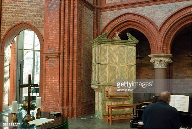 Heilig Kreuz Kirche in Kreuzberg Altarraum Orgel Klavier wurde modern saniert mit Fahrstuhl versehen beherbergt Bueros fuer Pfarrer und kirchliche...