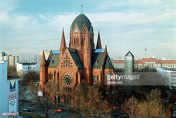 Heilig Kreuz Kirche in Kreuzberg Blick aus dem Fenster einer Dachgeschosswohnung auf die Kirche wurde modern saniert mit Fahrstuhl versehen...