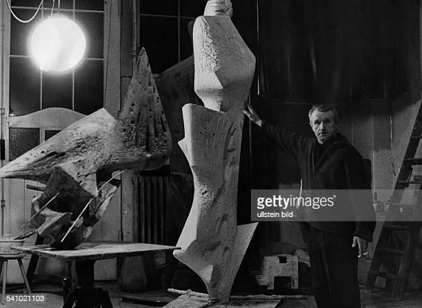 Heiliger Bernhard *Bildender Künstler Bildhauer Dsteht neben seiner Plastik 'Parzen 1962' die für die Universität Münster bestimmt ist im Berliner...