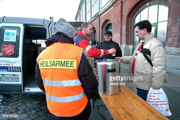 Heilsarmee Division Ost mobiler Wagen der Heilsarmee versorgt Obdachlose am Ostbahnhof mit Suppe und Tee