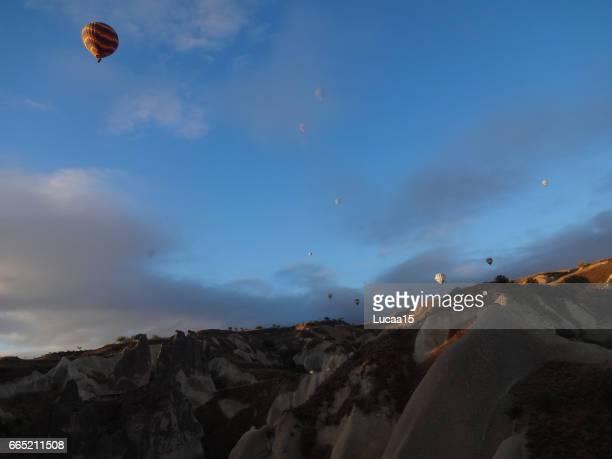 heißluftballon über kappadokien - spaß stock pictures, royalty-free photos & images