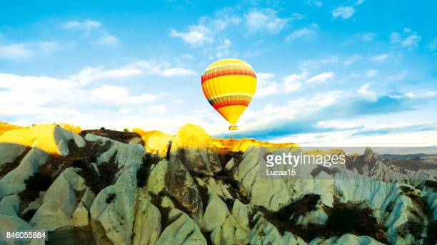 heißluftballon über kappadokien - central anatolia stock photos and pictures