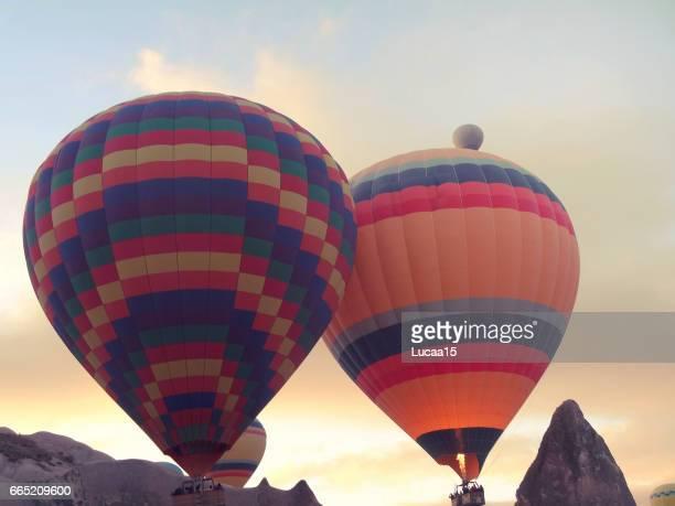 heißluftballon in kappadokien - spaß stock pictures, royalty-free photos & images