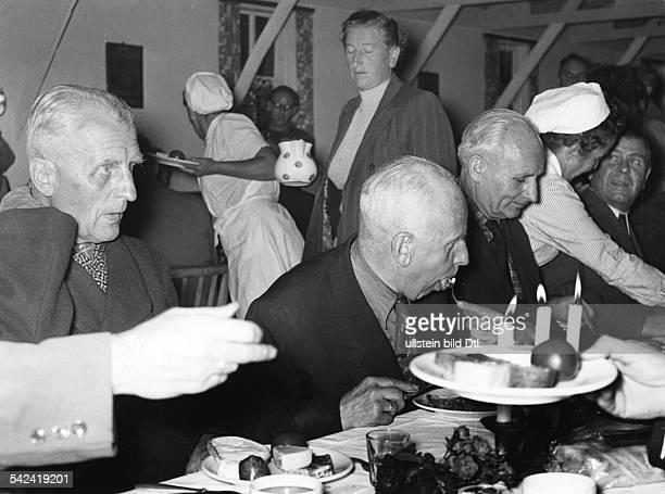 Heimkehrer aus Russland erhalten im Lager Friedland die erste Mahlzeit 1955