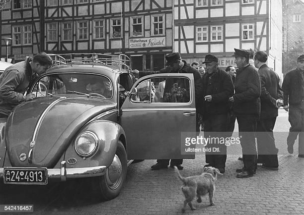Heimkehrer bestaunen in Eschwege einen VW Käfer 1950er Jahre