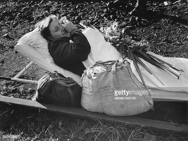 Heimkehrerin aus der Sowjetunion im Lager Friedland liegt auf einer Trage 1950er Jahre