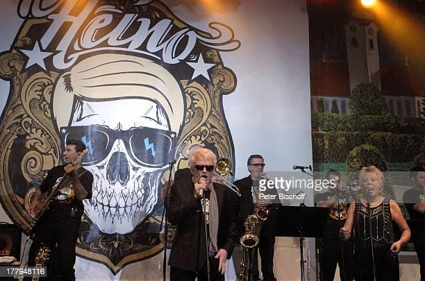 Heino Angie Horn Konzert während Mit freundlichen GrüßenTour Bayernzelt †berseestadt Bremen Deutschland Europa Zelt Festzelt Auftritt Bühne Mikro...