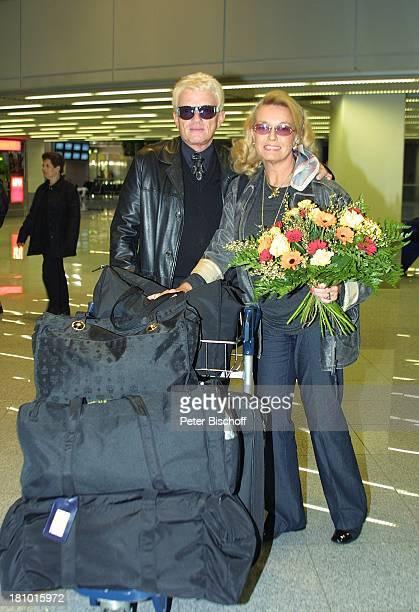 Heino Ehefrau Hannelore Kramm Abflug in die SilberhochzeitsFlitterwochen für Heino und Hannelore Düsseldorf Flughafen VolksmusikSänger Sonnenbrille...