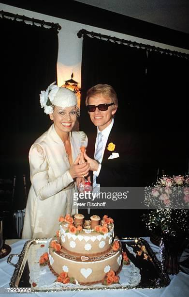 Heino Ehefrau Hannelore Kramm HochzeitBraut Bräutigam Bad Münstereifel Deutschland Europa Hochzeitsfeier nach standesamtlicher Trauung ganz in weiß...