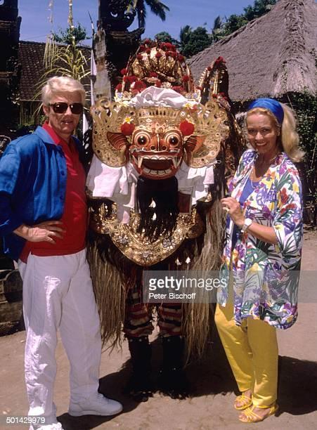 Heino Ehefrau Hannelore Kramm JubiläumsFlitterwochen zum 10 Hochzeitstag Insel Bali Indonesien Asien Urlaub Jubiläum Drachen Dämon Kostüm...