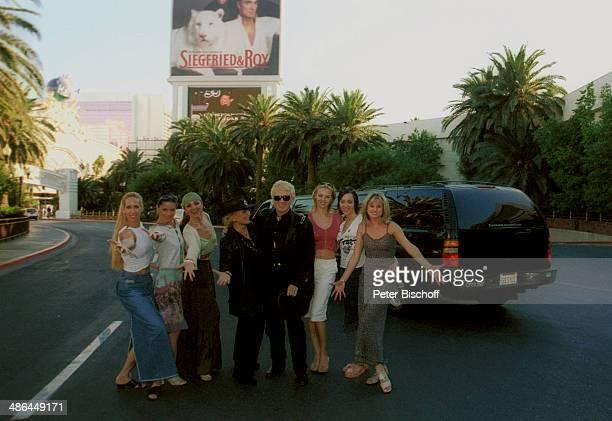 """Heino, Ehefrau Hannelore Kramm mit Tänzerinnen vom MDR-""""Fernsehballett"""", RPR-Hörerreise am , vor Hotel """"Mirage"""", Las Vegas, USA."""