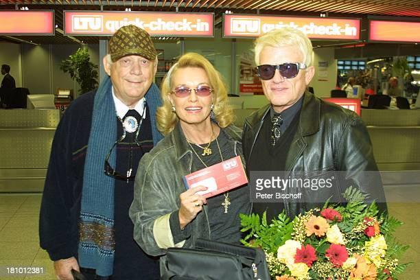 Heino Ehefrau Hannelore Kramm Ralf Bendix Abflug in die SilberhochzeitsFlitterwochen für Heino und Hannelore Düsseldorf Flughafen VolksmusikSänger...