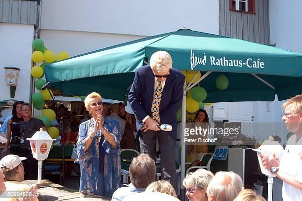 """Heino , Ehefrau Hannelore Kramm, RPR-Radio-Show zum 7. Jahrestag, vor dem """"Rathaus-Cafe"""", Live-†bertragung, , Bad Münstereifel, Mikrofon, moderieren,..."""