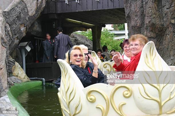 """Heino, Ehefrau Hannelore Kramm und Leser beim Lesertreffen im Freizeitpark """"Phantasialand"""" am in Brühl, Deutschland."""