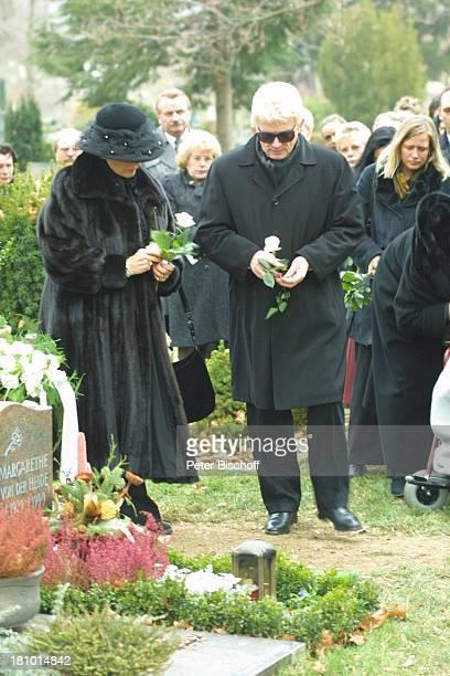 Heino Ehefrau Hannelore Kramm Urnenbeisetzung seiner unehelichen Tochter Petra Bell Bad Münstereifel Friedhof Beerdigung Beisetzung Trauer Grab...
