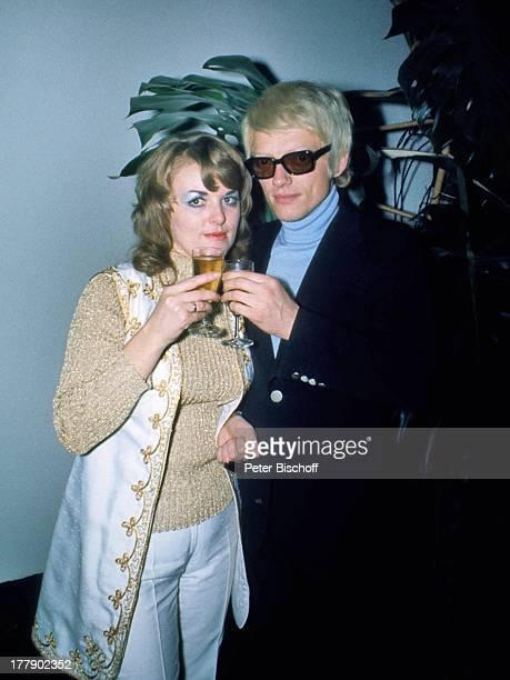 Heino Ehefrau Lilo Kramm Europa Brille abgedunkelte Gläser Glas Getränk anstoßen VolksmusikSänger LG/MW