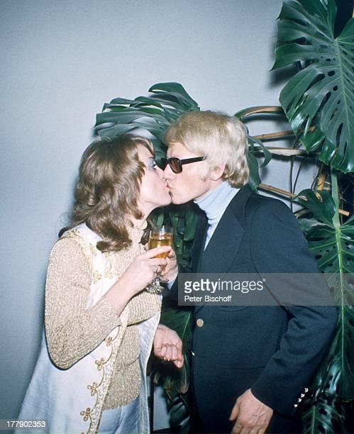 Heino Ehefrau Lilo Kramm Europa Brille abgedunkelte Gläser Glas Getränk anstoßenKuss küssen VolksmusikSänger LG/MW