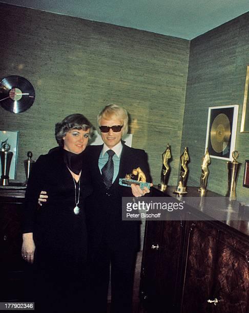 Heino Ehefrau Lilo Kramm Homestory †lpenich NordrheinWestfalen Europa Goldene Schallplatte Preis Auszeichnung Brille abgedunkelte Gläser...
