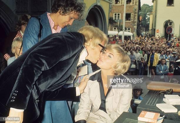 Heino Ehefrau Lilo Kramm †lpenich NordrheinWestfalen Europa Fans Kuss küssen Brille abgedunkelte Gläser VolksmusikSänger MW/LG