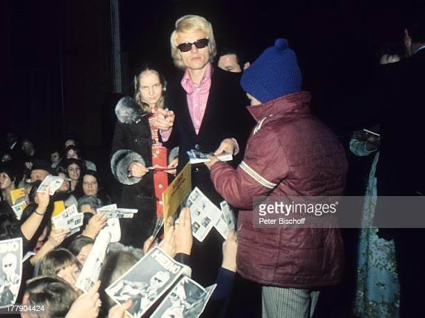 Heino, Fans, 1. Konzert, Toronto, Kanada, Nordamerika, Autogramm, schreiben, getönte Brille, Sonnenbrille, Schlager-, Volksmusik-Sänger, PH/MW, ;