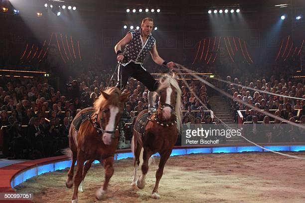 Heino Ferch ARDBenefizZirkusGala Stars in der Manege München Deutschland ProdNr 1860/2006 Circus Krone Manege Auftritt Tier Pferd reiten drauf stehen...