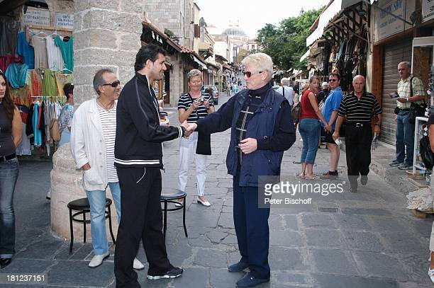 Heino Griechen Urlaub Kreuzfahrt Rhodos/Griechenland Landgang Sonnenbrille Hand geben Hände schütteln VolksmusikSänger Promis Prominente Prominenter