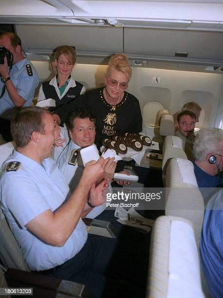 Heino, im Luftwaffen Airbus, Flugzeug, auf dem Weg nach New York, USA /Nordamerika , Sonnenbrille, Volksmusik-Sänger, Stewart, Tablett, Torte;