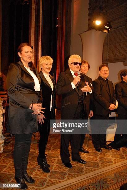 Heino mit Franz Lambert und Sängerinnen und Sänger vom Gloria TerzettChor mit Angie Henschen Auftritt bei 5 KirchenkonzertTournee Die Himmel rühmen...
