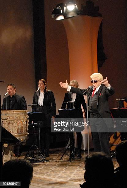 Heino mit Sängerinnen und Sänger vom Gloria TerzettChor mit Angie Henschen Auftritt bei 5 KirchenkonzertTournee Die Himmel rühmen im Advent...
