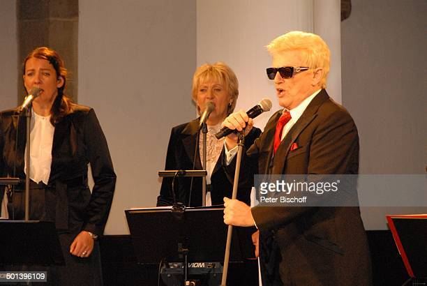 Heino mit Sängerinnen vom Gloria TerzettChor mit Angie Henschen Auftritt bei 5 KirchenkonzertTournee Die Himmel rühmen im Advent MarienKirche Minden...