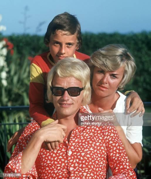 Heino mit Sohn Uwe und seiner zweiten Ehefrau Lilo, mit der er von 1965 bis 1978 verheiratet war . Heinz-Georg Kramm begann als Bäcker und startete...