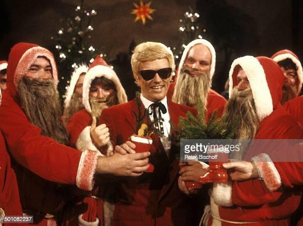 Heino mit Weihnachtsmännern Sonnenbrille Weihnachten WeinachtsmannKostürm NikolausStiefel VolksmusikSänger Promi MW/PH SC PNr 1826/2008 Foto...