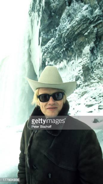 Heino Niagarafälle Provinz Ontario Kanada Nordamerika Schnee Winter Wasserfall Wasser CowboyHut getönte Brille Sonnenbrille Schlager VolksmusikSänger...