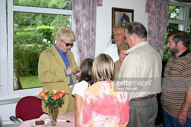 Heino Patienten Krankenbesuch bei H a n n e l o r e K r a m m in der RehaKlinik Bad Bertrich Meduna RehaKlinik Autogramme geben Autogramm...