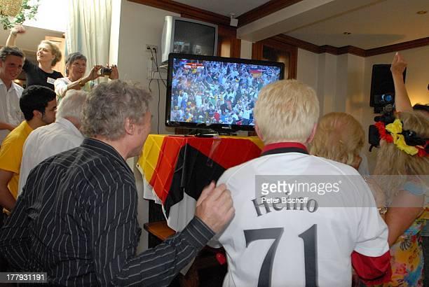 Heino Peter Orloff Judith Jupe Ehemann Mel Jersey TorJubel bei FußballWeltmeisterschaft Spiel Deutschland gegen England beim 14jährigen Jubiläum von...