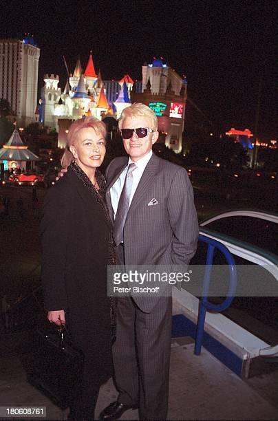 Heino RPRHörerreise Las Vegas/Nevada/USA Stadtbummel bei Nacht vor Hotel Excalibur Ehefrau Hannelore Kramm Frau Sonnenbrille VolksmusikSänger Promi