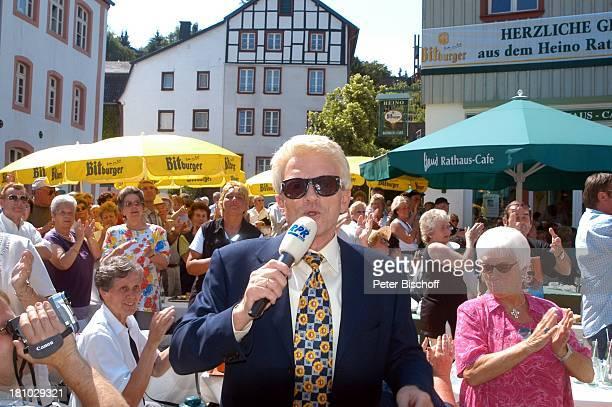 """Heino , RPR-Radio-Show zum 7. Jahrestag, vor dem """"Rathaus-Cafe"""", Live-†bertragung, , Bad Münstereifel, Mikrofon, moderieren, Volksmusik-Sänger,..."""