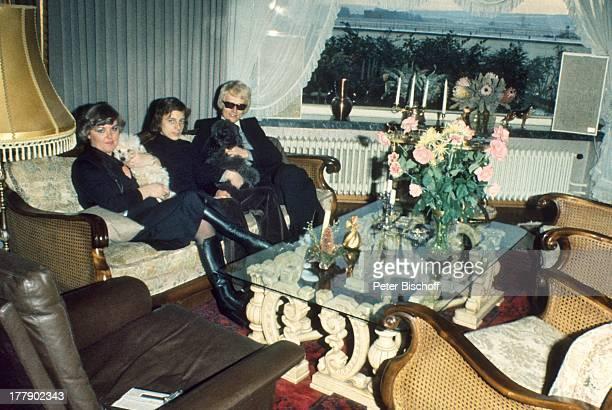 Heino Sohn Uwe Ehefrau Lilo Kramm Homestory †lpenich NordrheinWestfalen Europa Wohnzimmer Hund Tier BlumenStrauß Brille abgedunkelte Gläser...