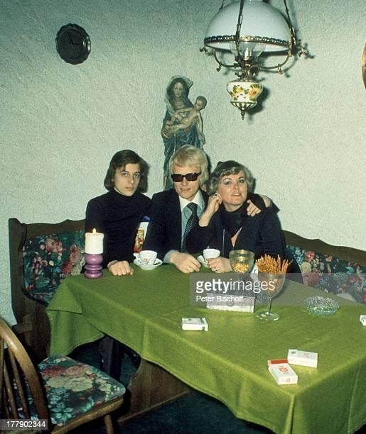 Heino Sohn Uwe Ehefrau Lilo Kramm Homestory †lpenich NordrheinWestfalen Europa Küche Kerze rauchen Zigarette Tasse Kaffee Getränk Brille abgedunkelte...