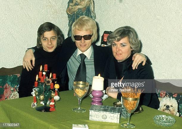 Heino Sohn Uwe Ehefrau Lilo Kramm Homestory †lpenich NordrheinWestfalen Europa Küche Kerze AdvendtsGesteck Tasse Kaffee Getränk Brille abgedunkelte...