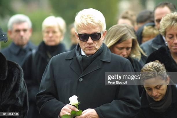 Heino Urnenbeisetzung seiner unehelichen Tochter Petra Bell Bad Münstereifel Friedhof Beerdigung Beisetzung Trauer TrauergemeindeTrauernde trauern...