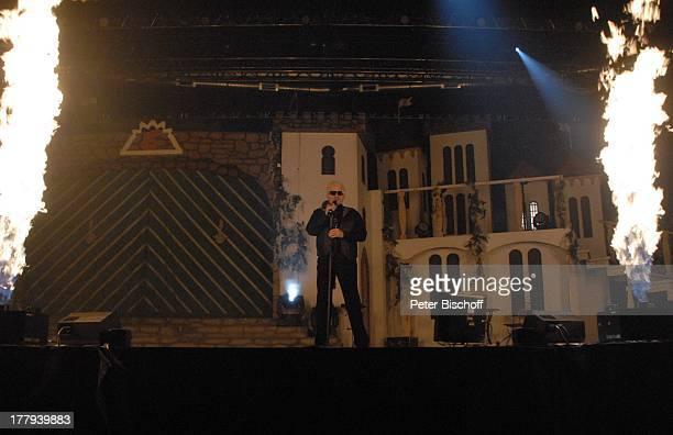 """Heino zwischen Feuer-Säulen, Konzert Tournee """"Das Frühlingsfest 2013"""", EWE-Arena, Oldenburg, Niedersachsen, Deutschland, Europa, Bühne, Auftritt,..."""
