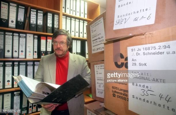 Heinrich Gehrke, Vorsitzender Richter der 29. Strafkammer, vor der der Prozess gegen Jürgen Schneider stattfinden soll, präsentiert am 6.1.1997 im...