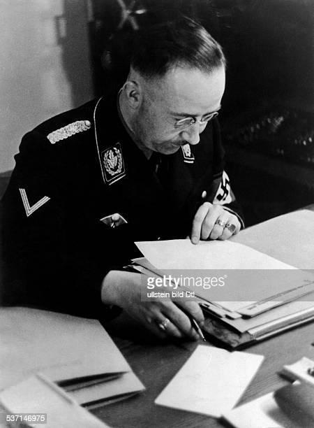 Heinrich Himmler, , Politiker, NSDAP, D, - am Schreibtisch in seinem, Arbeitszimmer, - veröffentlicht anlässlich des, zehnten Jahrestages der...