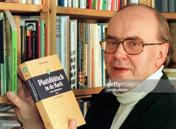 Heinrich Kröger am 2341998 in seinem Arbeitszimmer in Soltau mit dem ersten Band seiner Doktorarbeit Plattdüütsch in de Kark in drei Jahrhunderten...