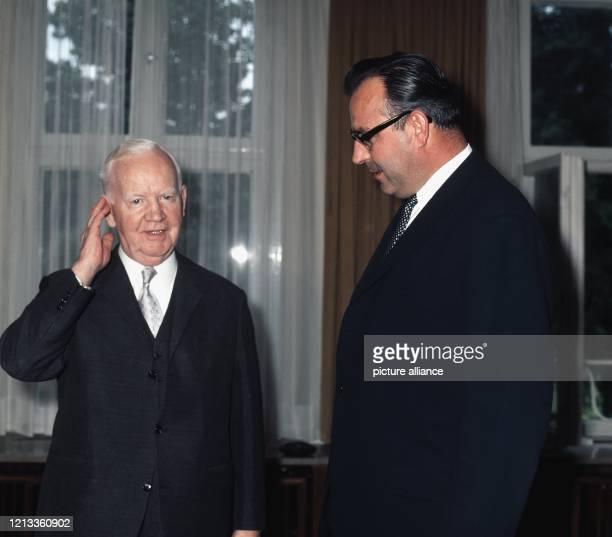 Heinrich Lübke empfängt im Mai 1969 in Bonn den neuen rheinlandpfälzischen Ministerpräsidenten Helmut Kohl Der am 14 Oktober 1894 geborene Lübke war...