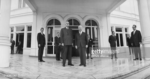 Heinrich Lübke und Charles de Gaulle am 4 Juli 1964 auf der Terrasse der Villa Hammerschmidt Der am 14 Oktober 1894 geborene Lübke war von 1947 1952...