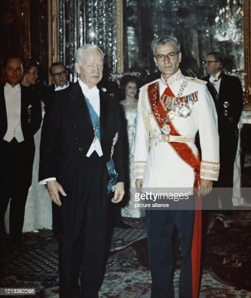 Heinrich Lübke und Schah Reza Pahlavi am 27 Mai 1967 bei einem festlichen Empfang in Schloß Brühl bei Bonn Der am 14 Oktober 1894 geborene Lübke war...