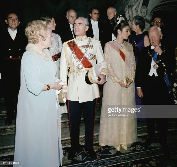 Heinrich Lübke und Schah Reza Pahlavi mit ihren Gattin Wilhelmine Lübke und Kaiserin Farah Diva am 27 Mai 1967 bei einem festlichen Empfang in Schloß...