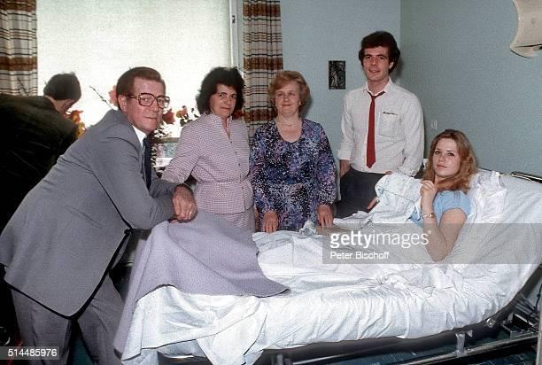 """Heinrich Simons, Ehefrau Johanna Simons, Maria Uhl, Sohn Hein Simons, Schwiegertochter Doris Simons nach Geburt von Sohn Pascal am im St...."
